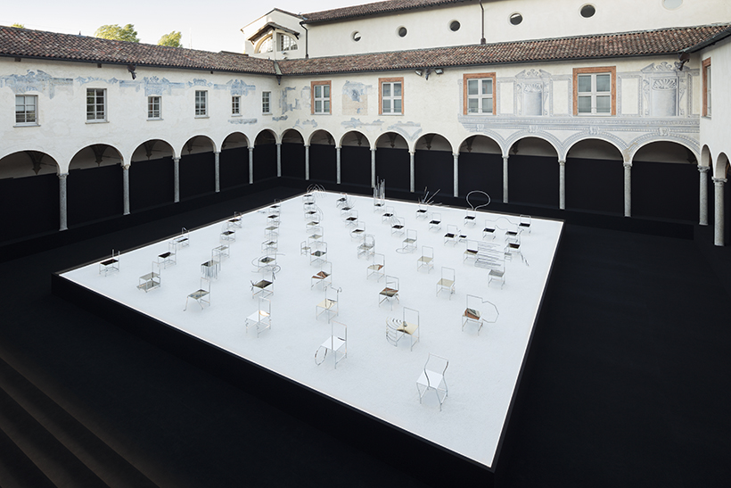 50_manga_chairs_in_Milan_02_takumi_ota